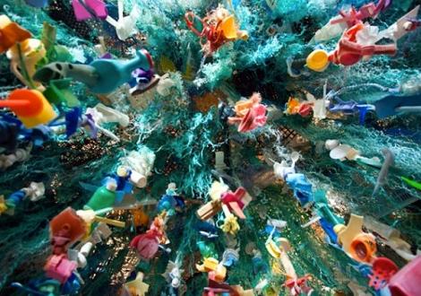 Esculturas de animales marinos realizadas con la basura que los mata