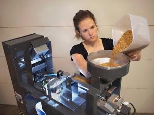 Ayundante Anne Berry demuestra un sistema que produce imágenes en color de los granos individuales de trigo para separarlos. Este sistema rápido, preciso y económico es muy popular con una gama amplia de usuarios.